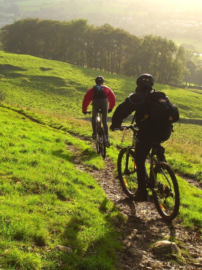 秋天骑自行车的山 库存照片