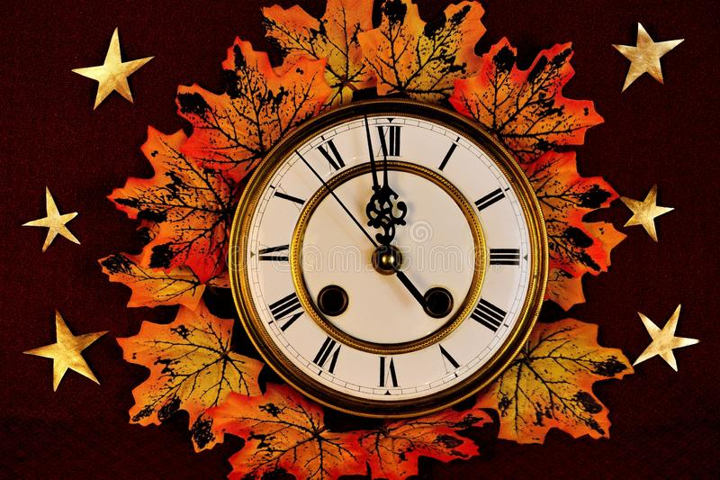 秋天黄色枫叶、不同颜色,金子和红色在葡萄酒手表背景, 库存图片
