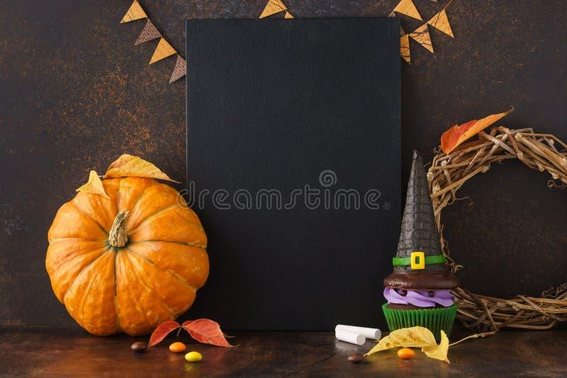 秋天黑板背景用南瓜和万圣节款待 库存照片