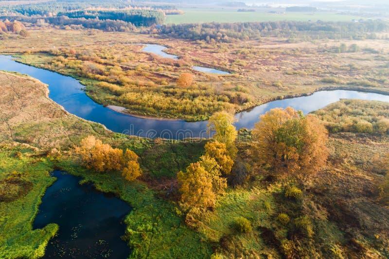 秋天 在草甸上 与河的空中风景 秋天场面 免版税库存照片