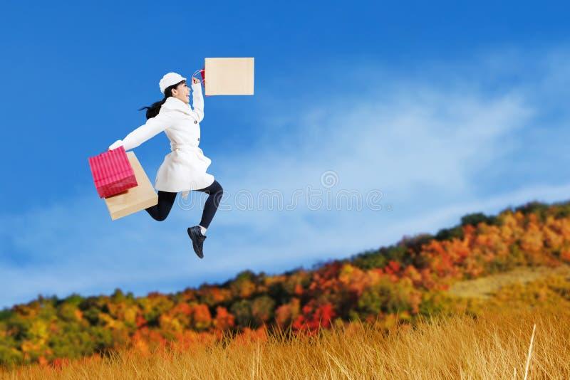 秋天购物妇女跳跃 库存照片