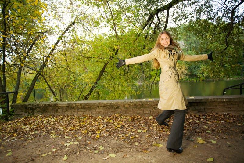 秋季公园妇女 库存图片