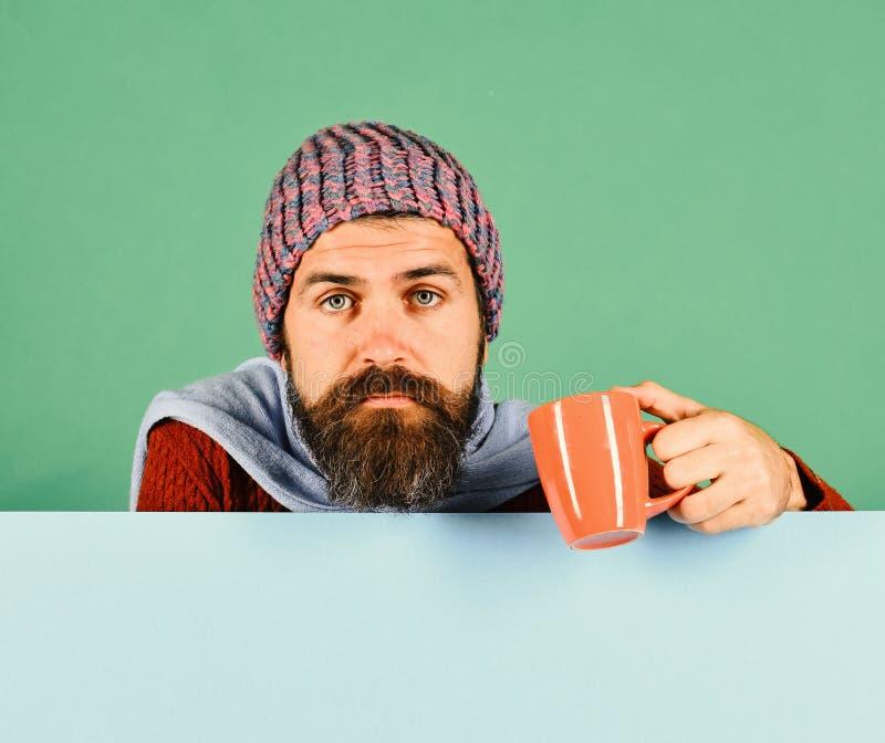 秋季和流行性感冒 有胡子的人拿着橙色古芝 库存图片