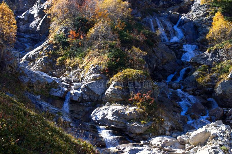 秋季山间两条瀑布 免版税库存照片