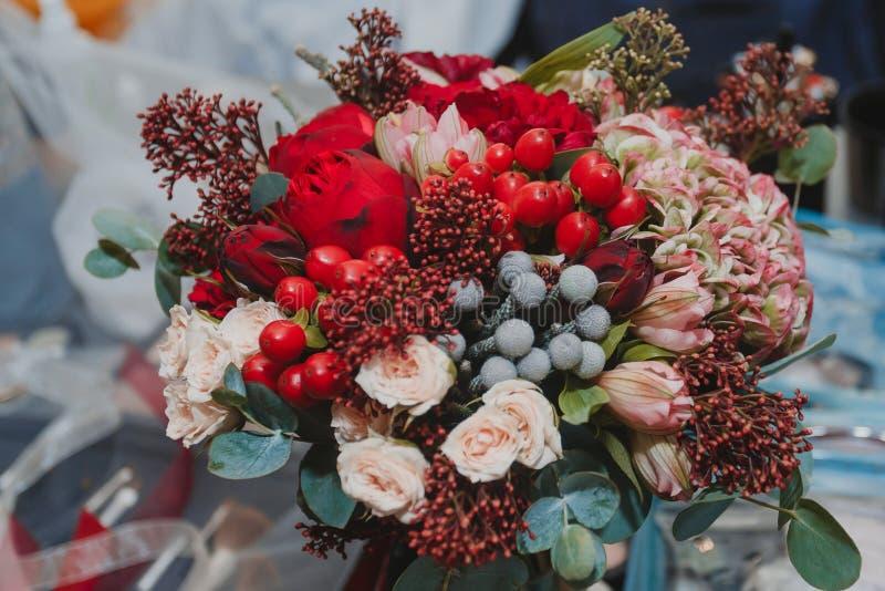 秋季新娘花束,手中充满热量 库存照片