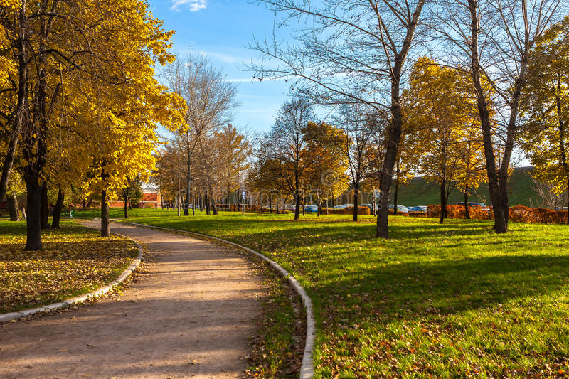 秋季胡同在公园,莫斯科 免版税库存图片