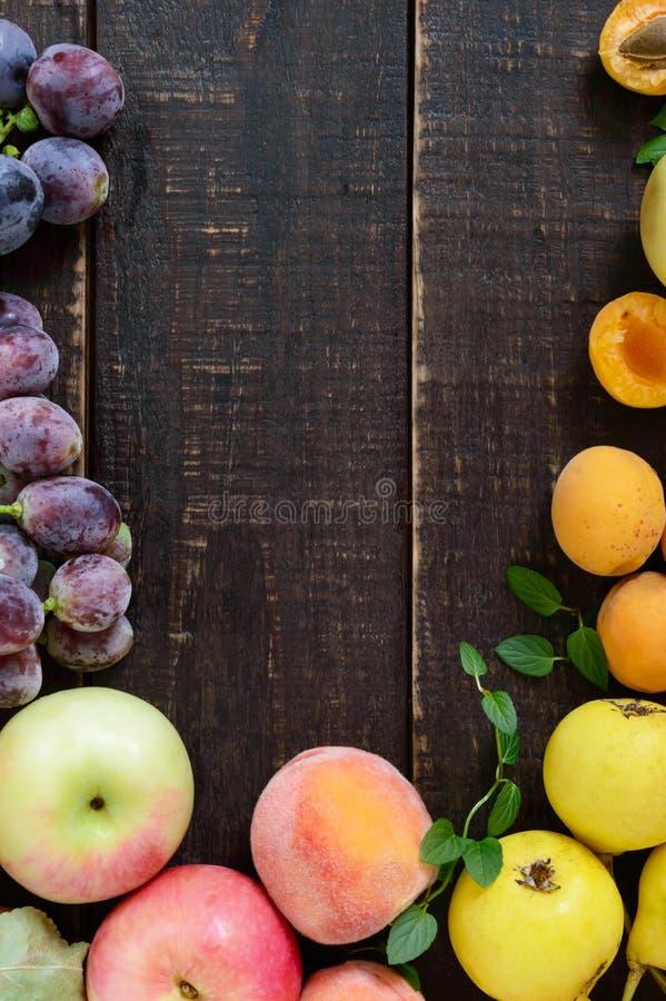 秋季食物背景 果子庄稼在木背景的 库存照片
