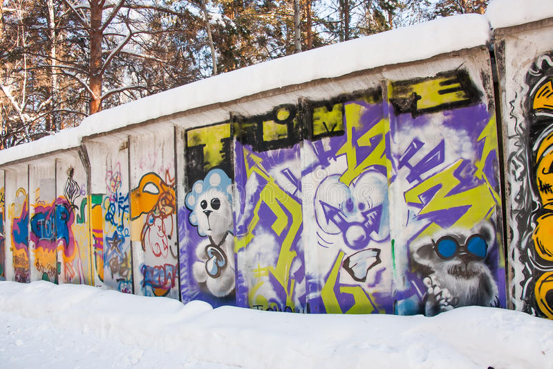 秋明州,俄罗斯, 1月31日 2016年:在篱芭的街道画 免版税库存图片