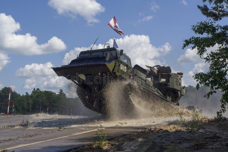 秋明,俄罗斯6月29日2019年:全俄国军队比赛 工程学惯例 裁减和盖子MDK-3轨道多角形的机器 免版税库存图片