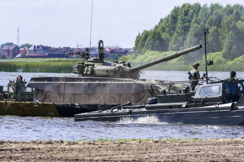 秋明,俄罗斯6月29日2019年:全俄国军队比赛 设计惯例的竞争 在水的苏联中型油箱T-72B1 图库摄影