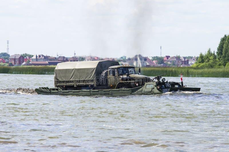 秋明,俄罗斯6月29日2019年:全俄国军队比赛 设计惯例的竞争 浮动传动机PTS-2,多角形路线 免版税库存图片