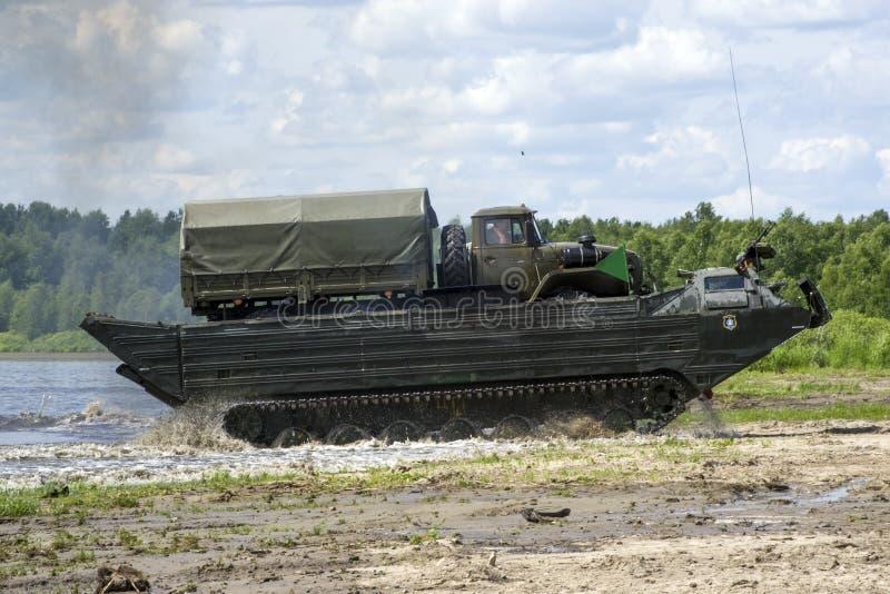 秋明,俄罗斯6月29日2019年:全俄国军队比赛 设计惯例的竞争 浮动传动机PTS-2,多角形路线 免版税图库摄影