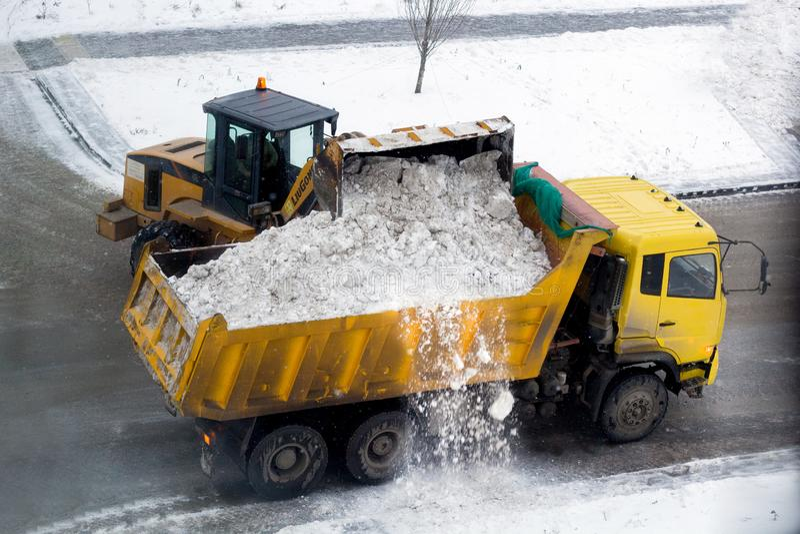 秋明,俄罗斯- 21/11/2018:雪清洁 免版税库存照片