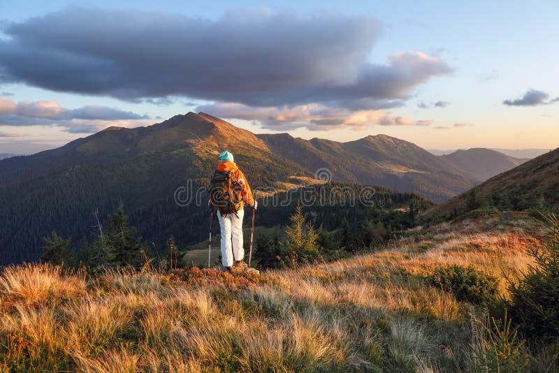 秋阳日 山景 带背包的快乐游客住在山上 库存图片