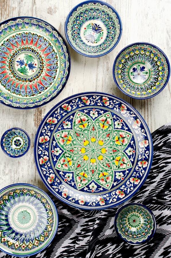 种族乌兹别克人陶瓷碗筷 库存图片