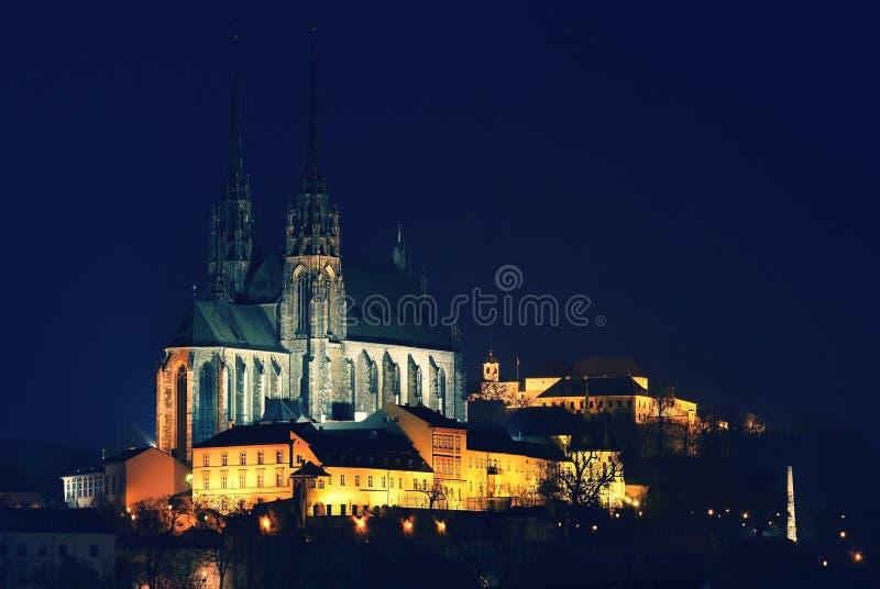 种族分界线晚上摄影 佩特罗夫-圣彼得和保罗教会在布尔诺市 都市老建筑学 中欧捷克 免版税库存图片