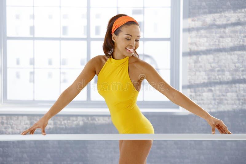 种族可爱的芭蕾舞女演员 免版税库存图片