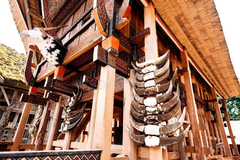 种族村庄Kete Kesu在塔娜Toraja, Rantepao,苏拉威西岛,印度尼西亚 tomgkonan传统torajan的大厦- 库存照片