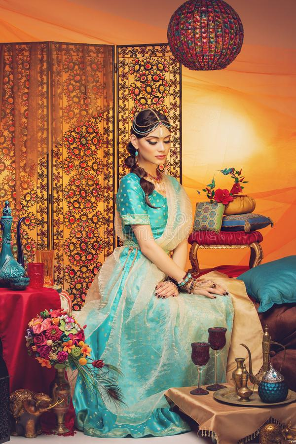 种族衣裳的美丽的阿拉伯样式新娘 免版税库存照片