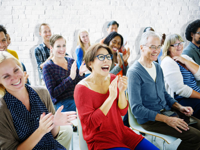 种族观众人群研讨会快乐的公共概念 免版税库存图片
