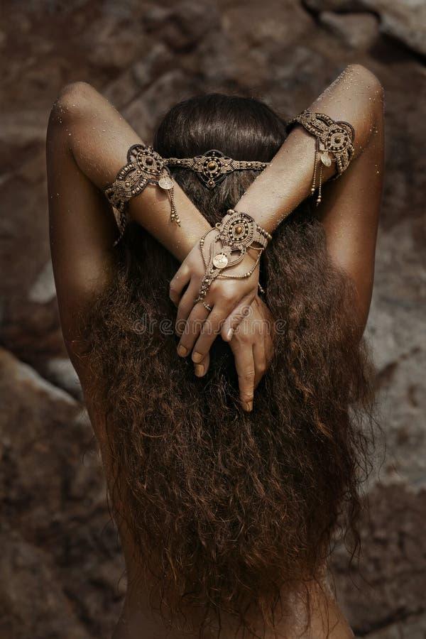 种族首饰的美丽的女孩 免版税库存照片