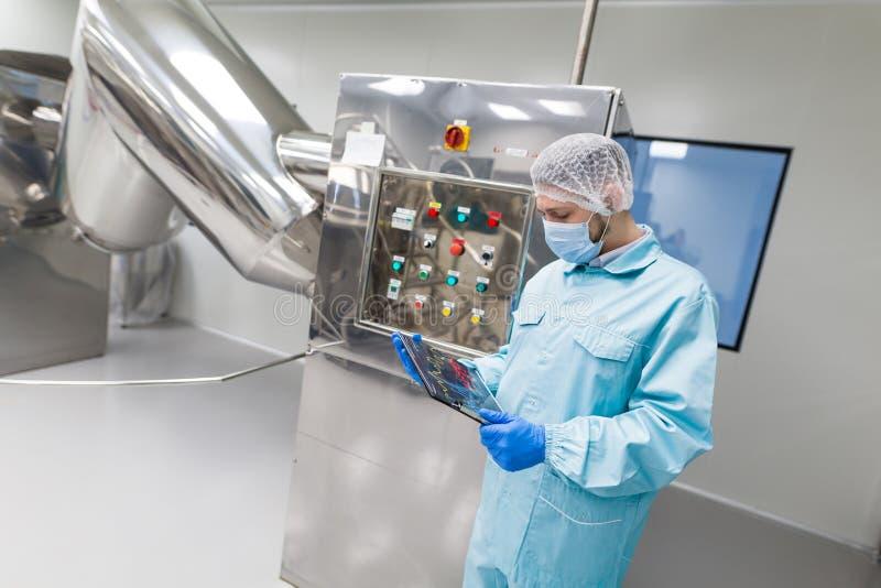 种植图片,工厂劳工检查在machi的控制板 免版税库存照片