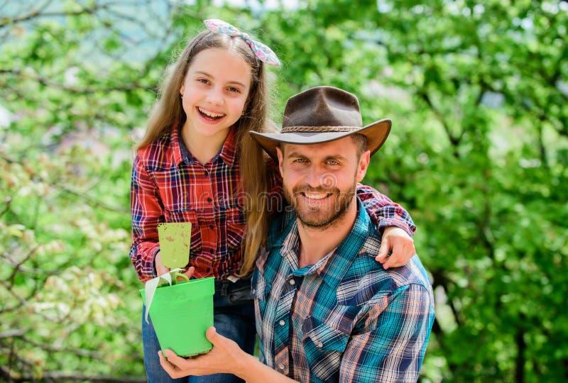 种植您喜爱的素食者 r 家庭庭院 维护庭院 r 家庭爸爸和女儿 免版税库存照片