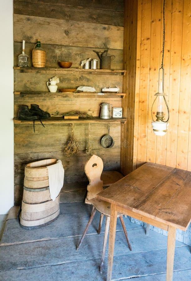 种田工具和辅助部件做的乳酪和奶牛传统老方式 库存照片
