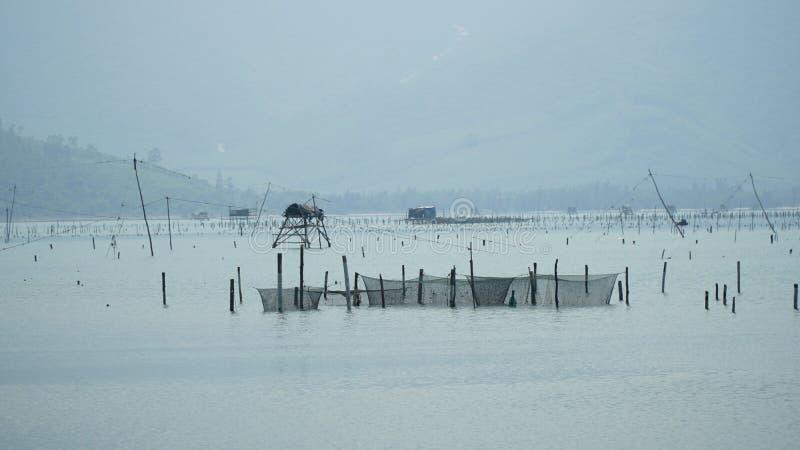 种田的和捉住的水生产品在朗格Co海湾,颜色,越南 免版税库存照片