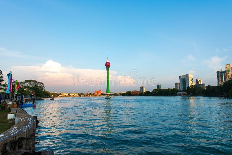 科伦坡,斯里兰卡- 2019年4月5日:在Beira湖有现代事务的和居民住房的科伦坡地平线在首都 免版税库存图片