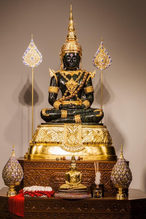 科伦坡,斯里兰卡- 2016年7月26日:在Gangaramaya佛教寺庙的菩萨雕象在科伦坡,斯里Lan 免版税库存照片