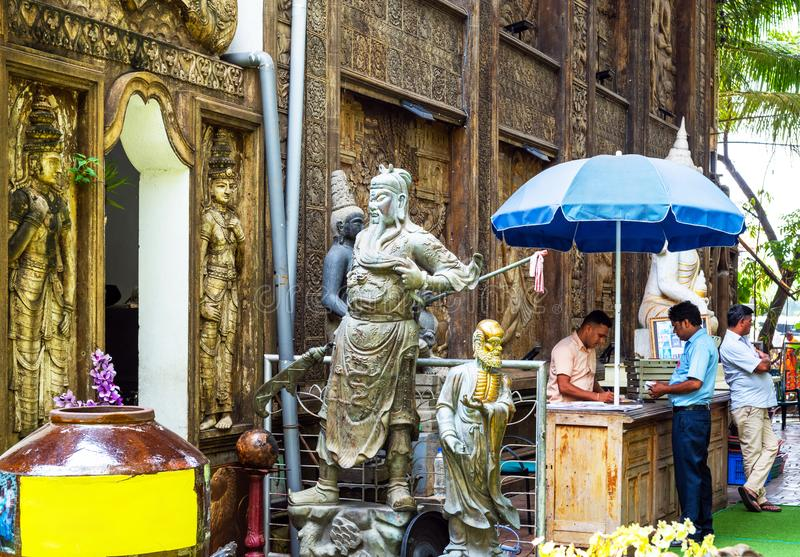 科伦坡,斯里兰卡- 2018年11月13日:雕象的看法在Gangaramaya寺庙的庭院里 免版税库存图片