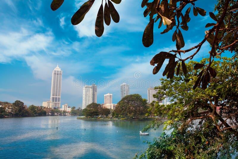 科伦坡,斯里兰卡- 2017年2月11日:Beira湖和事务全景在科伦坡,斯里兰卡耸立摩天大楼 免版税库存图片