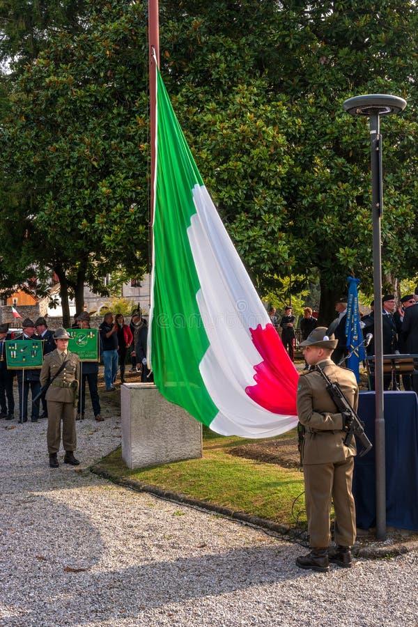 科内利亚诺,意大利- 2017年10月13日:在纪念碑的记念仪式对下落的战士 退伍军人和 图库摄影