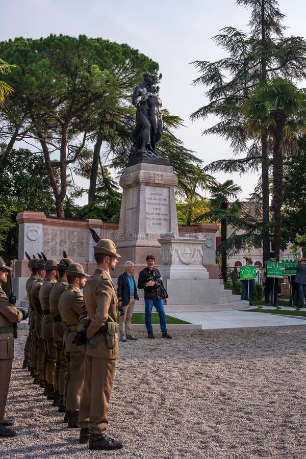 科内利亚诺,意大利- 2017年10月13日:在纪念碑的记念仪式对下落的战士 退伍军人和 库存照片