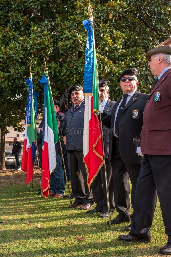 科内利亚诺,意大利- 2017年10月13日:在纪念碑的记念仪式对下落的战士 退伍军人和 免版税库存图片