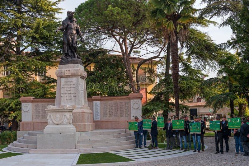 科内利亚诺,意大利- 2017年10月13日:在纪念碑的记念仪式对下落的战士 退伍军人和 免版税图库摄影