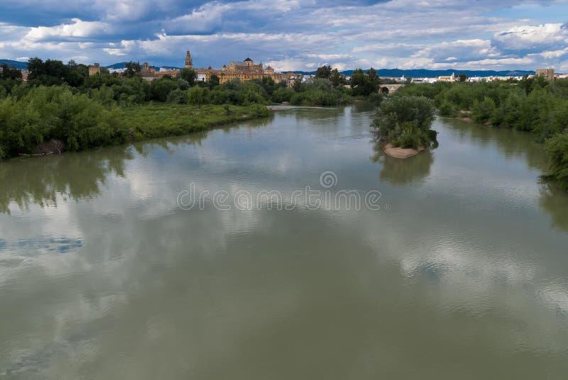 科多巴、阿拉伯清真寺和瓜达尔基维尔河河全景  免版税库存图片