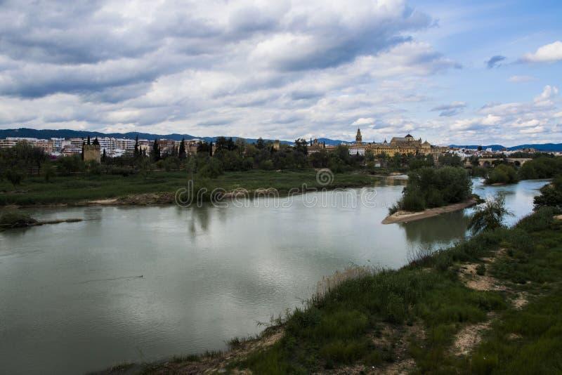 科多巴、阿拉伯清真寺和瓜达尔基维尔河河,西班牙全景  库存图片