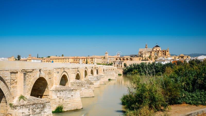 科多巴,横跨瓜达尔基维尔河河的西班牙著名罗马桥梁  免版税库存照片