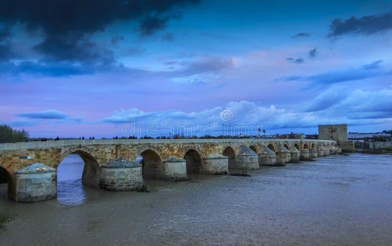 科多巴,罗马桥梁和Torre de卡拉奥拉在晚上 免版税库存图片