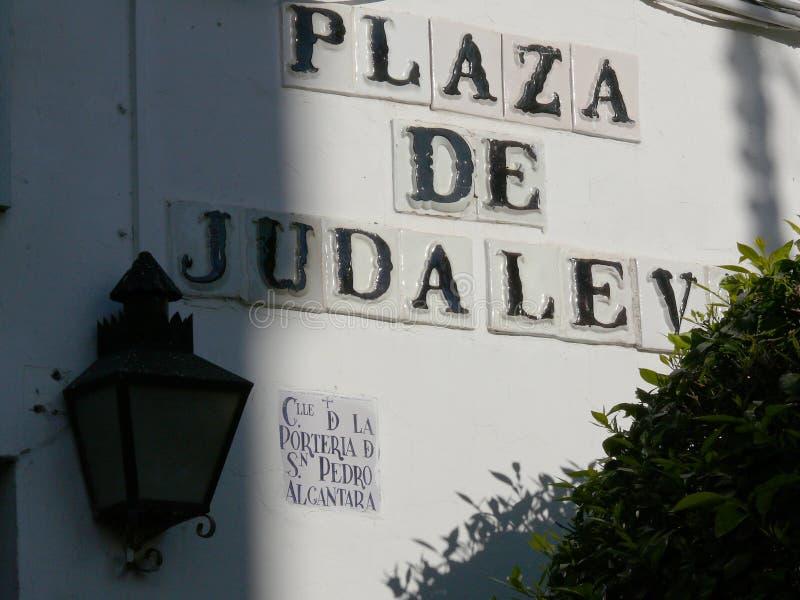 科多巴,西班牙,01/02/2007 被绘的陶瓷路牌 图库摄影