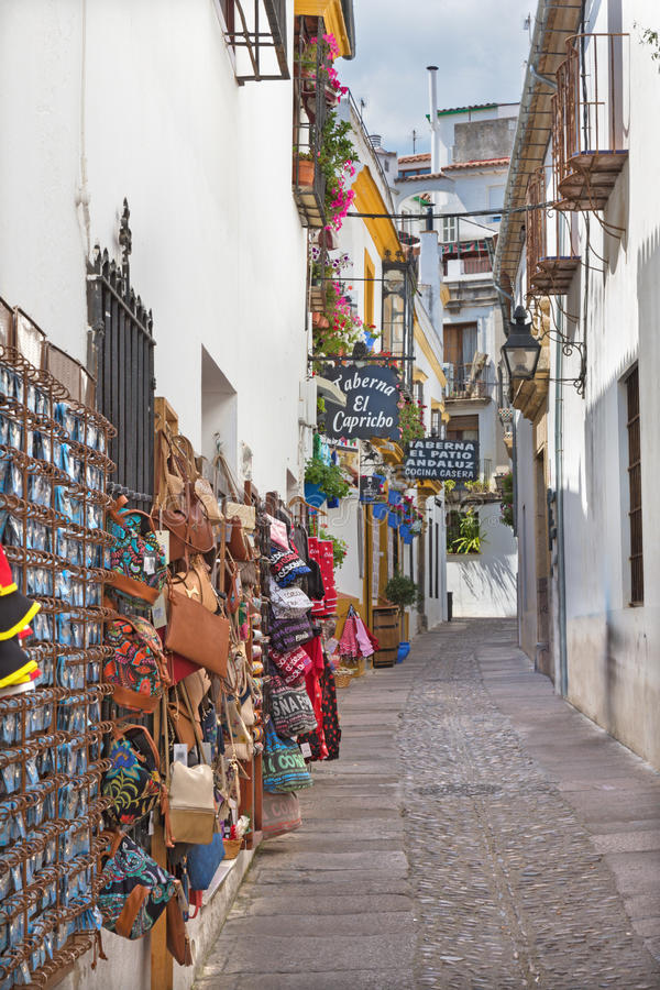 科多巴,西班牙- 2015年5月26日:走道在有一点schops的老镇 免版税库存图片