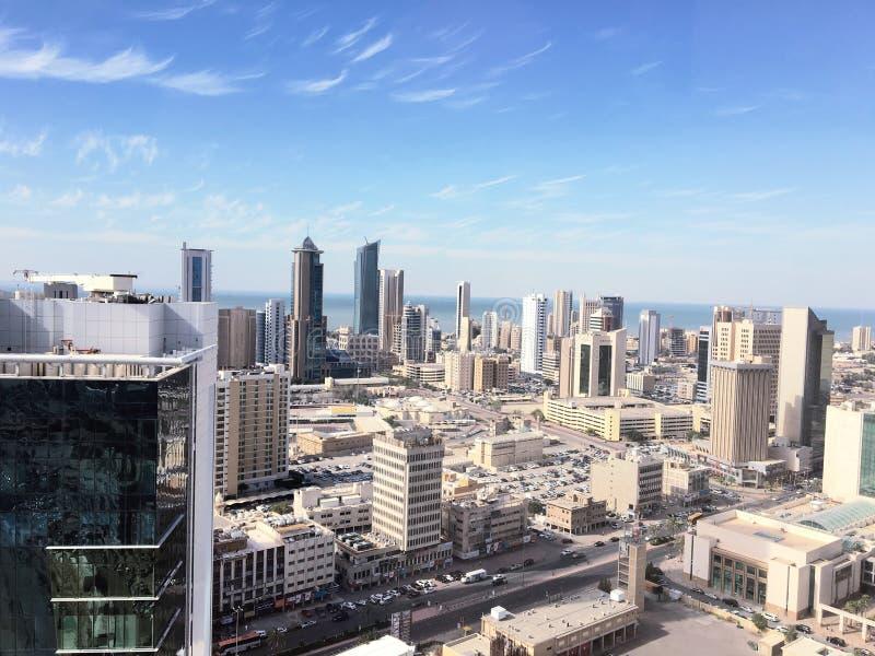 科威特城从顶面天空蔚蓝的海边视图与有些云彩 免版税库存照片