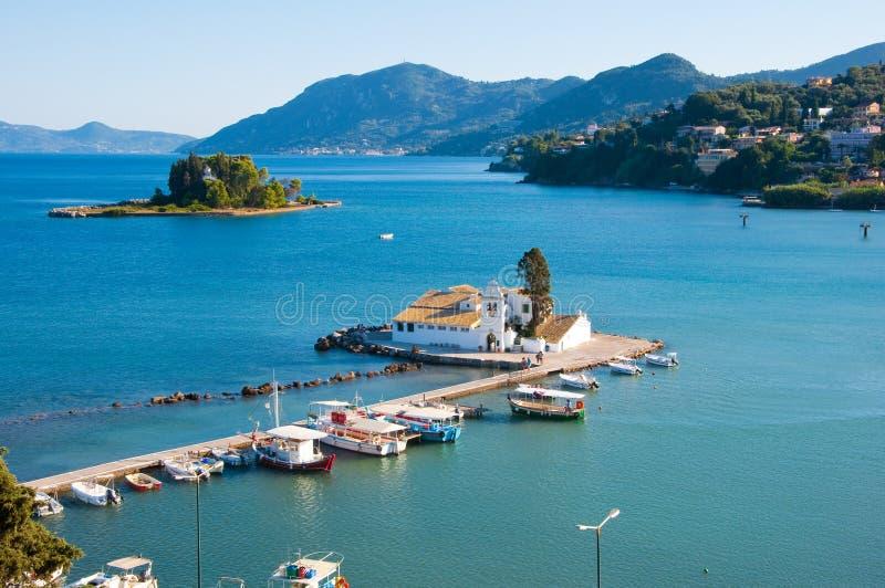 科孚岛镇南部的Pontikonisi和Vlacheraina修道院从Kanoni小山顶的在科孚岛,希腊海岛上的  免版税库存照片