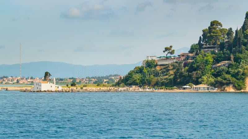 科孚岛,Kanoni半岛和Paraya修道院的全景在Vlacherna海岛上  库存照片