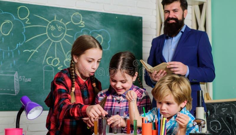 科学和教育 化学实验室 r 愉快的儿童老师 做科学实验的孩子 ?? 免版税图库摄影