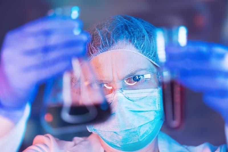 科学家与化学制品一起使用在实验室 免版税库存图片