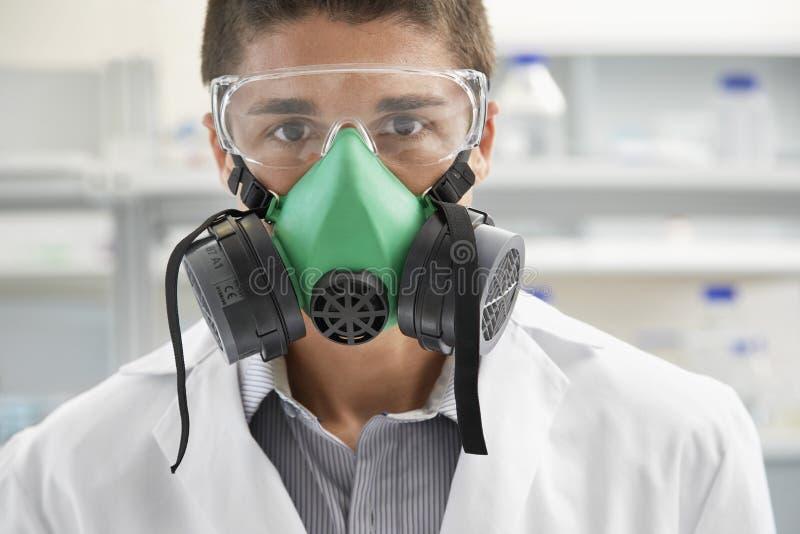 科学家佩带的防毒面具在实验室 免版税库存图片