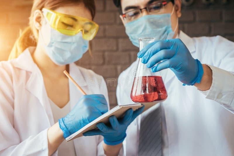 科学家或医生做着一个科学实验 免版税库存图片